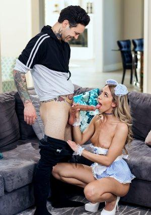 Приятельная девушка с волосатой пиздой шалит с татуированным чуваком картинка 5