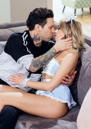 Приятельная девушка с волосатой пиздой шалит с татуированным чуваком картинка 4