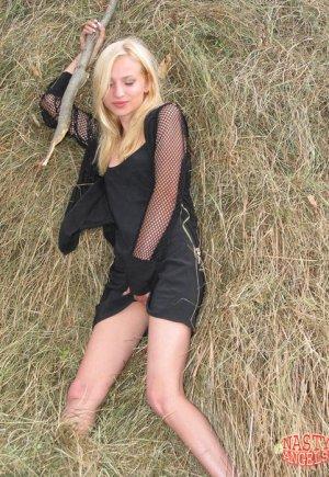 Блондинка из села показала киску в сене